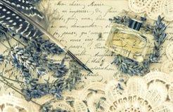 Stylo antique d'encre, parfum, vieilles lettres d'amour et fleurs de lavande Photo libre de droits