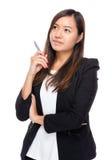 Stylo asiatique de prise de femme d'affaires Photographie stock