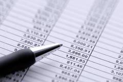 Stylo bille sur le tableur financier images stock