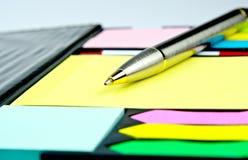 Stylo classique sur les notes jaunes Photo libre de droits