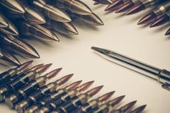 Stylo contre bullet photos stock