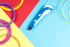 stylo 3d avec le filament en plastique sur le fond coloré Image libre de droits
