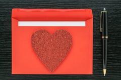 Stylo d'enveloppe d'amour de coeur de jour de valentines Photos stock