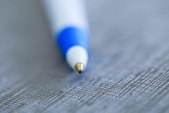 Stylo de biro de stylo à bille dans la macro clé de photo sur le fond de fantaisie clos images stock