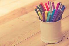 stylo de couleur sur la table en bois Image libre de droits