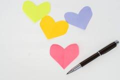 Stylo de luxe avec la moquerie vers le haut du papier de coeur pour Valentine Images libres de droits