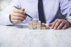 Stylo de main d'homme avec les cubes en bois image stock