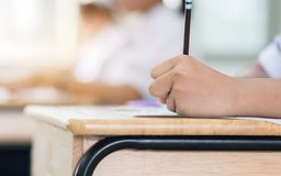 Stylo de participation d'étudiants dans des mains prenant des examens, écrivant l'examen image libre de droits