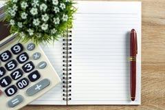 Stylo de stylo-plume ou d'encre avec le papier et la calculatrice de carnet sur l'OE Images stock