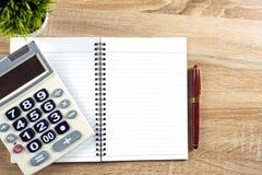 Stylo de stylo-plume ou d'encre avec le papier et la calculatrice de carnet sur l'OE Photos stock