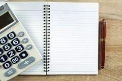 Stylo de stylo-plume ou d'encre avec le papier et la calculatrice de carnet sur l'OE Photo stock
