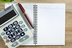 Stylo de stylo-plume ou d'encre avec le papier et la calculatrice de carnet sur l'OE Images libres de droits