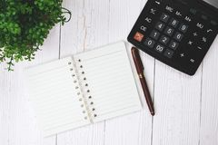 Stylo de stylo-plume ou d'encre avec le papier et la calculatrice de carnet sur l'OE photo libre de droits