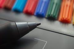 Stylo de stylet de Digital sur le comprimé graphique avec les marqueurs colorés au CCB Photographie stock libre de droits