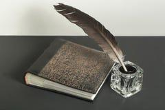 Stylo de vieux livre et de cannette avec l'encrier encastré sur la table en bois L'espace d'exemplaire gratuit Images stock