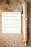 Stylo en bois et note de papier vide pour votre texte photos libres de droits