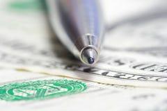 Stylo en métal de pointe sur la facture de dollar US Image libre de droits