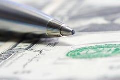 Stylo en métal de pointe sur la facture de dollar US Photographie stock libre de droits