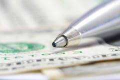 Stylo en métal de pointe sur la facture de dollar US Images stock