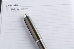 Stylo en métal sur un calendrier Photographie stock libre de droits