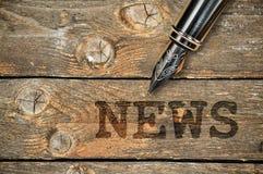 Stylo et actualités de mot Photo stock