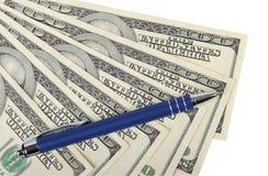 Stylo et argent liquide de stylo à bille Photos stock
