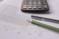 Stylo et calculatrice de crayon sur des modèles Concept architectural et d'ingénierie de logement Images stock