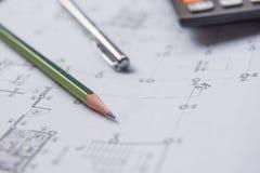 Stylo et calculatrice de crayon sur des modèles Concept architectural et d'ingénierie de logement Image libre de droits