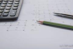 Stylo et calculatrice de crayon sur des modèles Concept architectural et d'ingénierie de logement Photo libre de droits