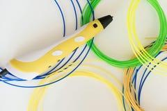 stylo et filament de l'impression 3D sur le fond blanc Image libre de droits