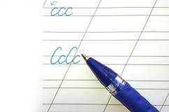 Stylo et lettres d'ABC dans un carnet Image libre de droits