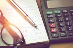 Stylo et lunettes sur le papier de compte de ménage photo libre de droits
