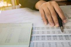 Stylo et point de prise de main de femme d'affaires au nombre sur la déclaration ou au rapport financier dans le concept d'affair Photo libre de droits