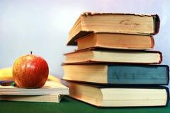Stylo grunge de pomme de pile de livre d'éducation de photo d'effet Photo stock