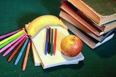 Stylo grunge de pomme de pile de livre d'éducation de photo d'effet Photos stock