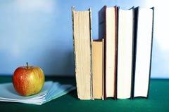 Stylo grunge de pomme de pile de livre d'éducation de photo d'effet Image libre de droits