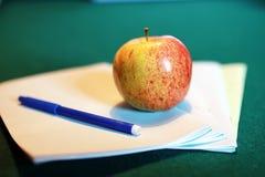 Stylo grunge de pomme de pile de livre d'éducation de photo d'effet Image stock