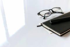 Stylo, livre et verres de plan rapproché Image stock