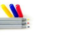 Stylo magique rouge, bleu, jaune sur le fond blanc Photos libres de droits