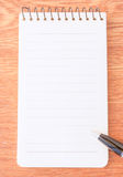 Stylo noir sur le papier de note Photo stock