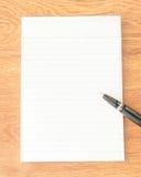 Stylo noir sur le papier de note Image libre de droits
