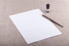 Stylo-plume et encre avec la feuille blanche Photographie stock