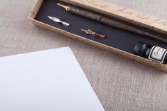 Stylo-plume et encre réglés avec la feuille blanche Photographie stock libre de droits