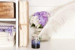 Stylo-plume et livre nostalgiques Photo libre de droits