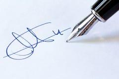 Stylo-plume et signature Image stock