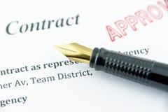 Stylo-plume sur un contrat approuvé Image stock