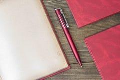 Stylo rouge avec le livre Image libre de droits