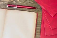 Stylo rouge, livre rouge Images libres de droits