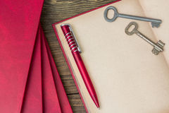 Stylo rouge, livre rouge Image stock