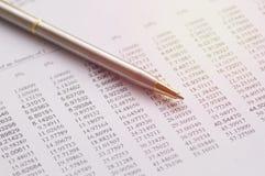 stylo sur les finances, le compte et le concept de papier d'opérations bancaires photos stock